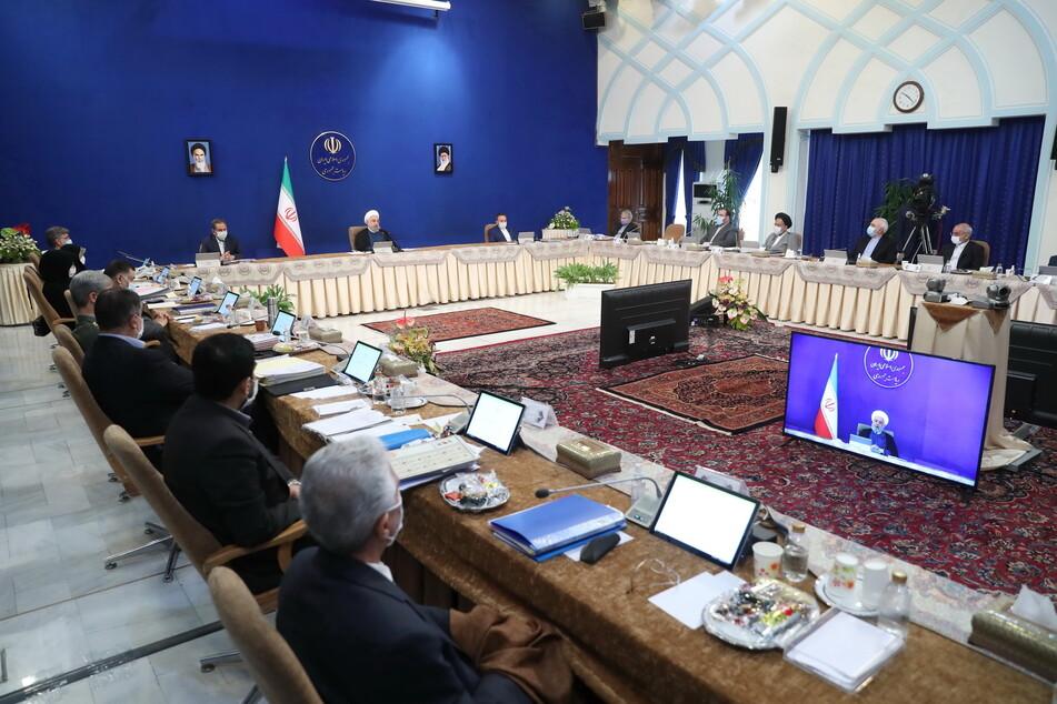 Eine Kabinettssitzung in der iranischen Hauptstadt Teheran. In der Regierung gibt es noch Meinungsverschiedenheiten bezüglich des Umgangs mit Corona. (Archivbild)