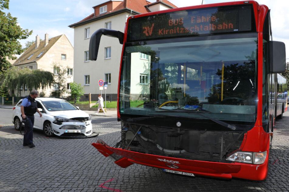 Dresdner Schulbus mit rund 90 Kindern kollidiert mit Auto