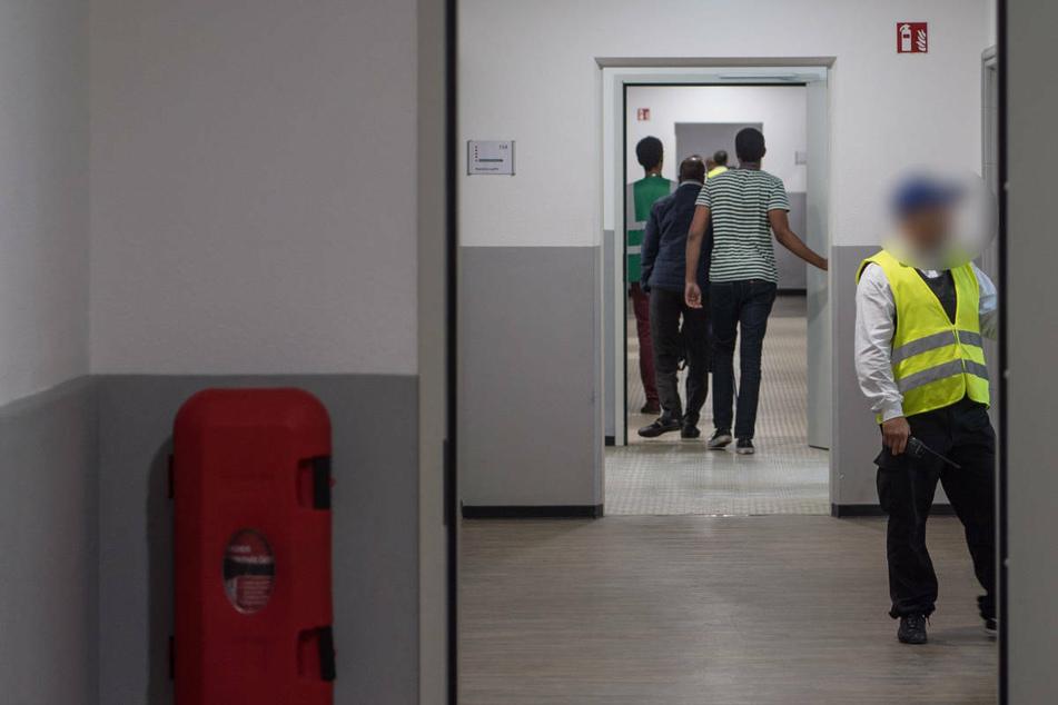 Flüchtling bei Auseinandersetzung getreten: Zwei Mitarbeiter von Sicherheitsdienst suspendiert