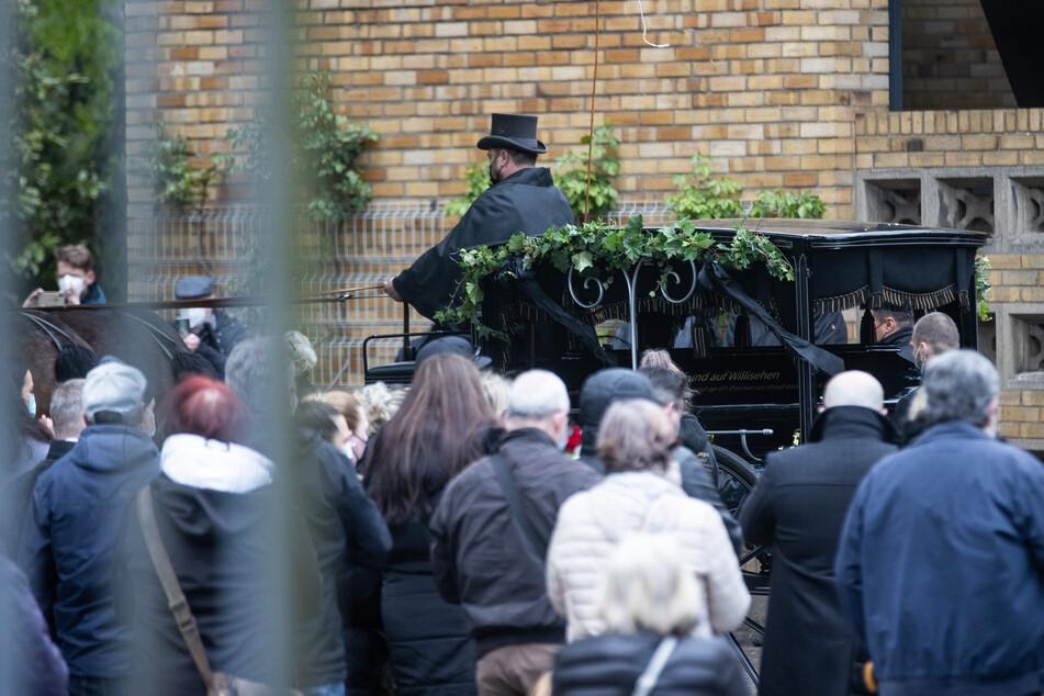 """Mit einer Kutsche wurde der schwarze Sarg mit Willi Herrens (†45) Leichnam am Mittwoch zu seinem Grab auf dem Kölner Melaten-Friedhof gefahren - darauf zu lesen waren die Worte """"auf Willisehen""""."""