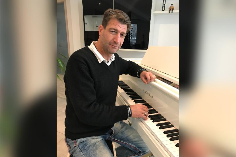Der Chemnitzer Musiker Martin Rothe (44) konnte vergangenes Jahr kaum auftreten. Doch die versprochenen Hilfen kommen nicht.