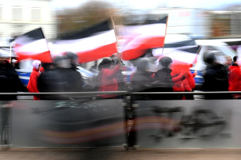 Teilnehmer einer Neonazi-Demonstration tragen Reichsflaggen durch die Straßen. (Symbolbild)