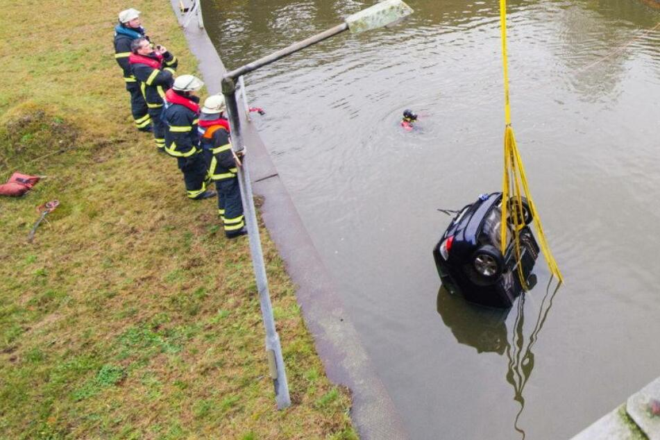 Junge Fahrerin stirbt nach Sturz in die Elbe