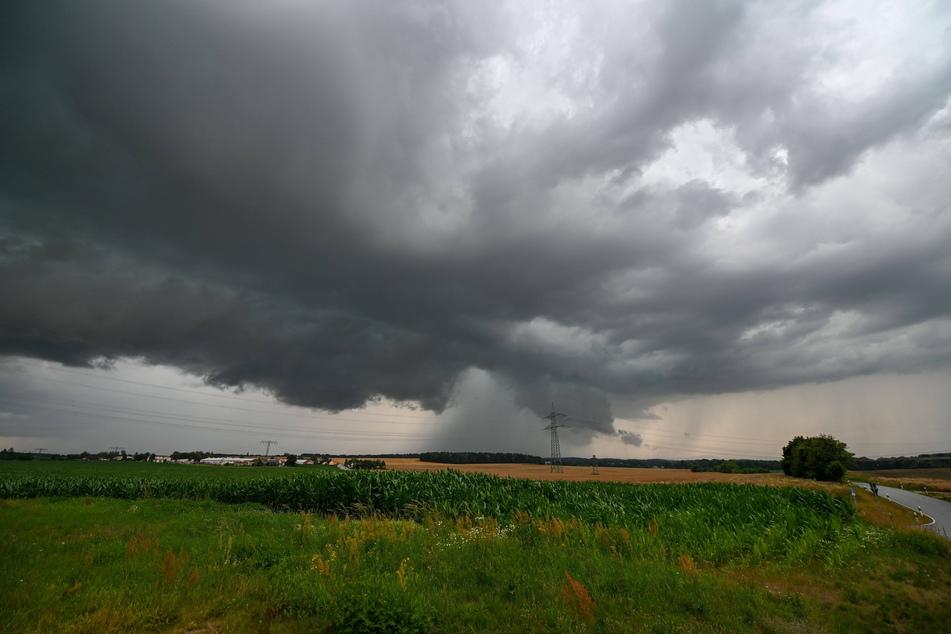 Schwere Gewitter können auch in der Nacht zu Mittwoch noch für Ärger sorgen. (Symbolbild)