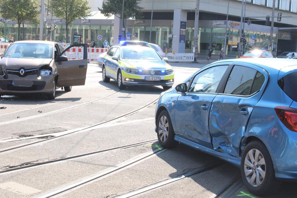Zwei Autos waren am Augustusplatz ineinander gekracht. Es gab drei Verletzte.