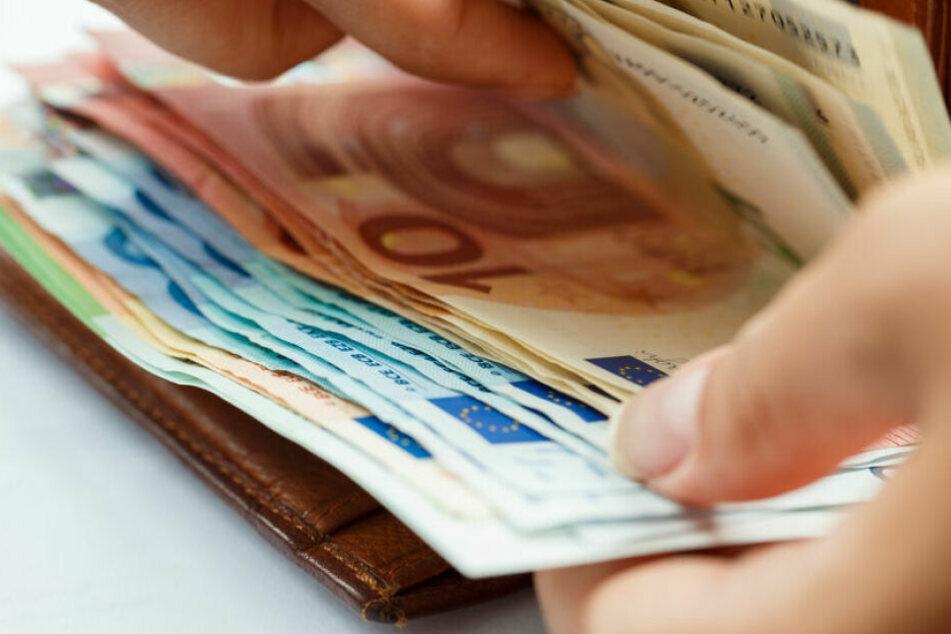 Tausende von Euro auf Parkbank vergessen: 69-Jähriger sorgt für Happy End