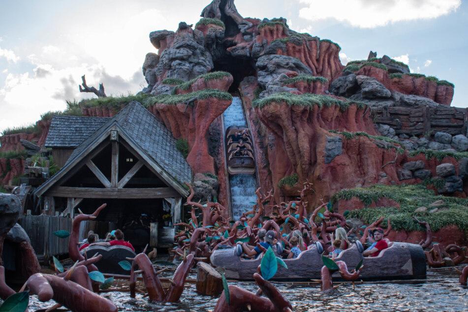 """Die abenteuerliche Freizeitpark-Attraktion """"Splash Mountain"""" im Walt Disney World Resort Orlando, Florida."""