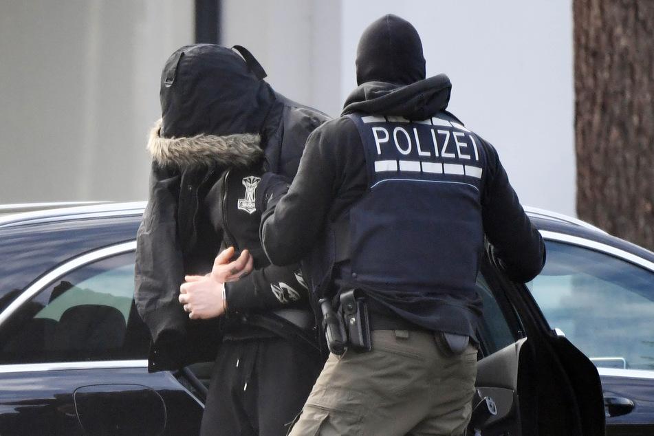Karlsruhe, Februar 2020: Einer der Festgenommenen wird zu Haftrichtern des Bundesgerichtshofs gebracht.