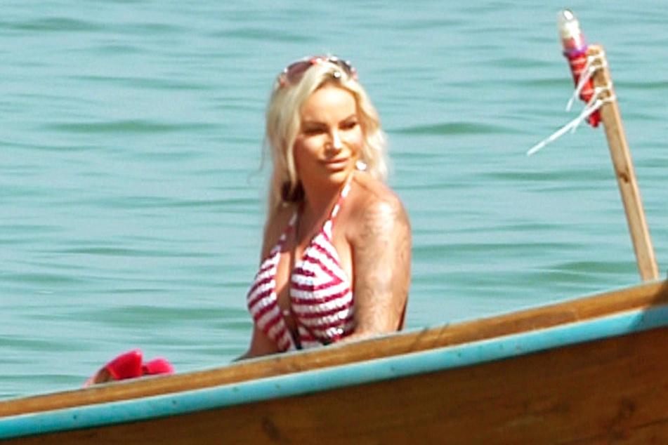 Wer kommt denn da angeschippert? Ist das nicht? Das ist doch...? Genau, Gina-Lisa Lohfink (34). Man mag's kaum glauben, aber sie ist eine der Bekanntesten in Thailand.