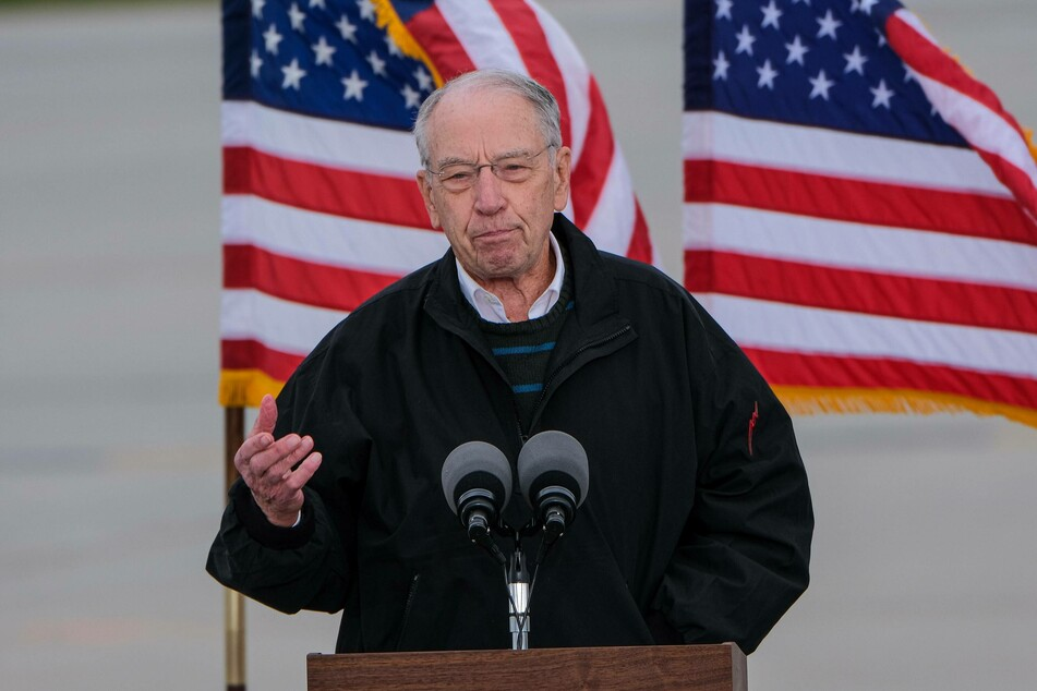 Republican Senator Chuck Grassley (87) confirmed that he had contracted Covid-19.