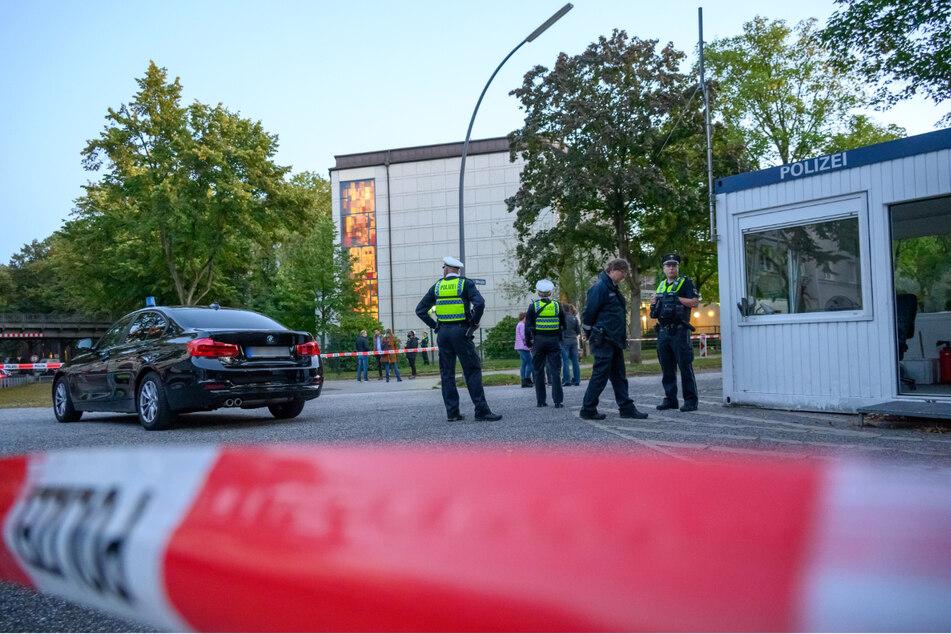 Hamburg am Sonntag: Polizisten stehen nach dem Angriff vor der Synagoge.