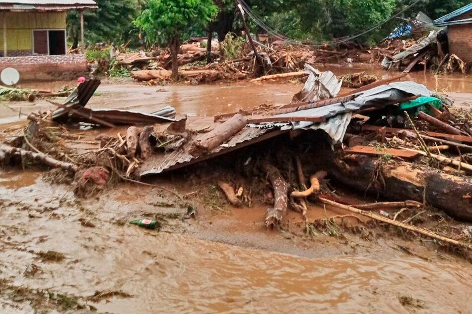 Sturzfluten töten mindestens 41 Menschen auf Insel: Rettungseinsatz schwierig