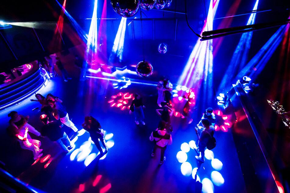 Junge Menschen feiern in der D! Club-Disco Diskothek im schweizer Lausanne auf der Tanzfläche.