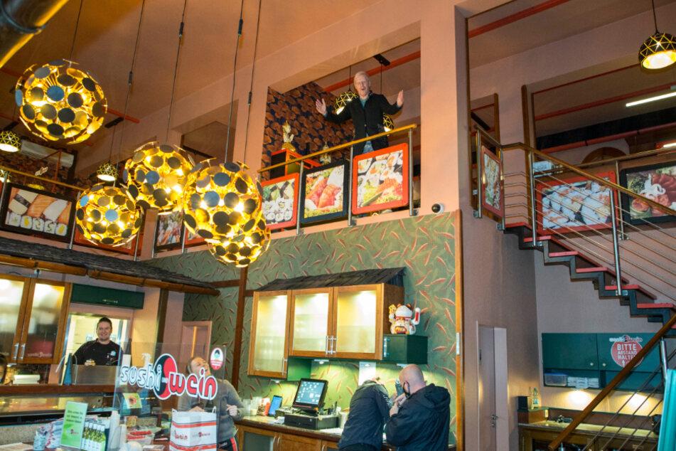 Im Erdgeschoss werden die Sushi-Bestellungen ausgeliefert - mit viel Abstand.