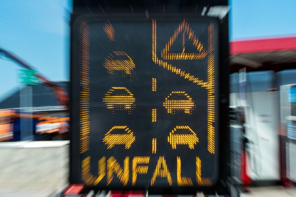 Sekundenschlaf: Lkw-Fahrer kracht auf A8 in Leitplanke