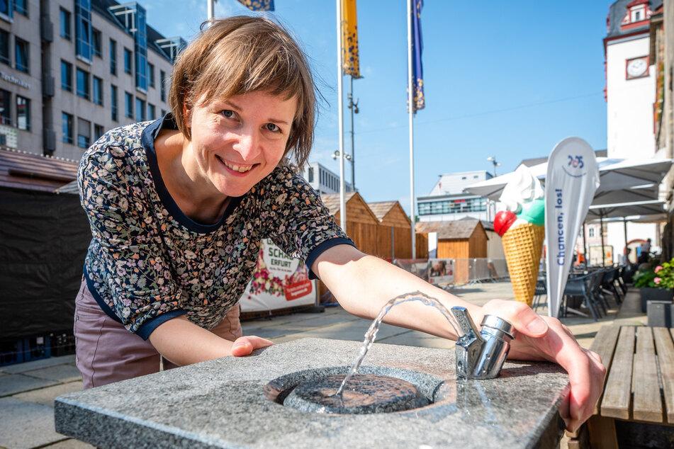 Susann Mäder (37, Grüne) testet den Trinkbrunnen am Rathaus.