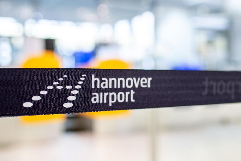 Ein Absperrband mit dem Logo des Flughafens hängt vor einem Check-in-Schalter in der Abflughalle des Flughafens Hannover.