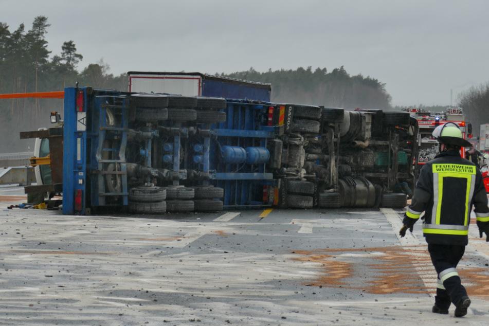 Tieflader mit Bagger schlittert über die Autobahn