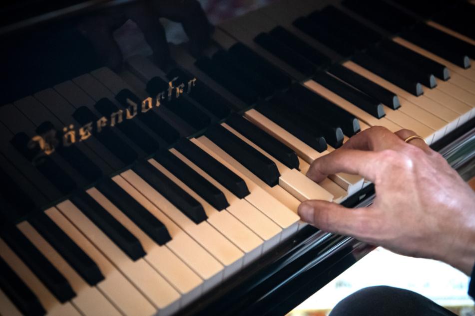 Ein Mann spielt an einem Klavier.