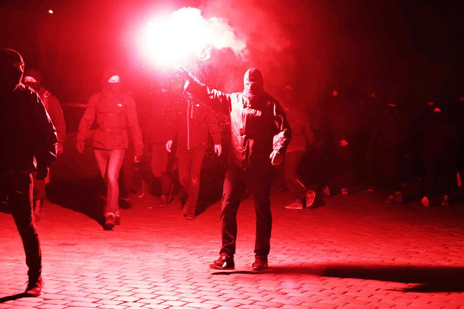 Die Demonstranten zündeten am späten Abend Leuchtfeuer.