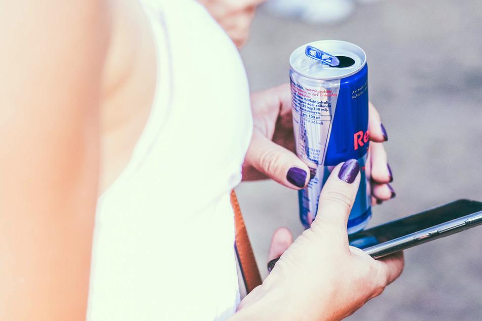 Bis zu zwölf Dosen Red Bull hat eine Jugendliche aus der Schweiz täglich getrunken - bis sie deshalb in eine Klinik musste! (Symbolbild)