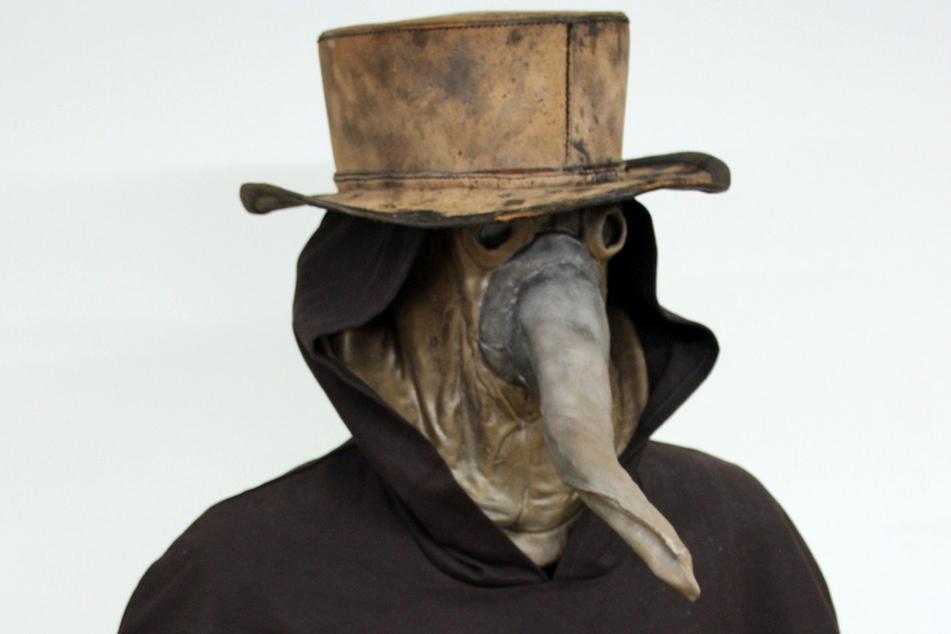 Ein Ausstellungsstück des Museums Boerhaave zeigt die Kleidung eines Pestarztes aus dem siebzehnten Jahrhundert.