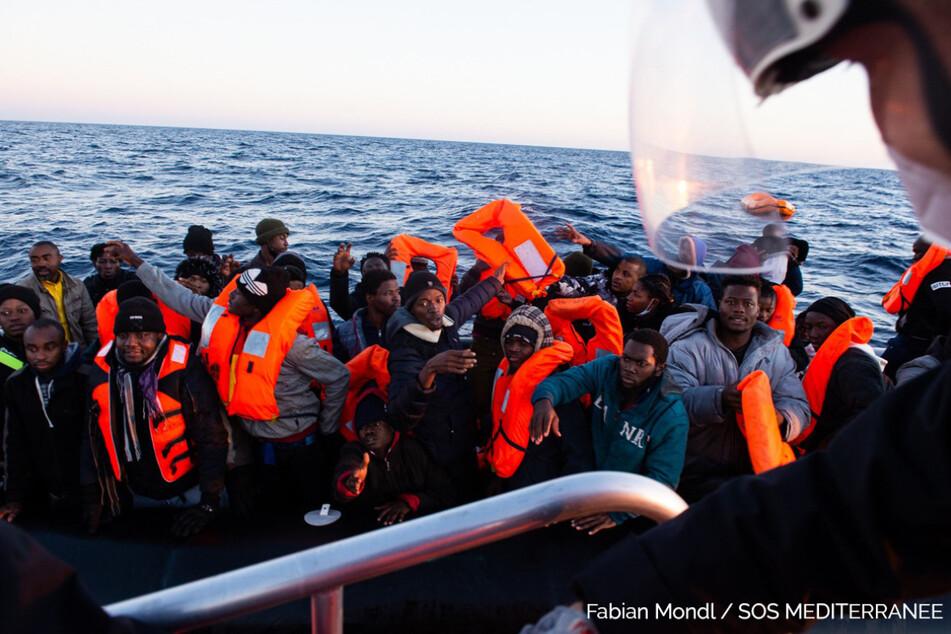 Mehr als 370 Migranten aus Seenot gerettet, darunter viele Kinder