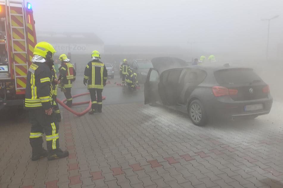 Erzgebirge: BMW auf Parkplatz in Flammen