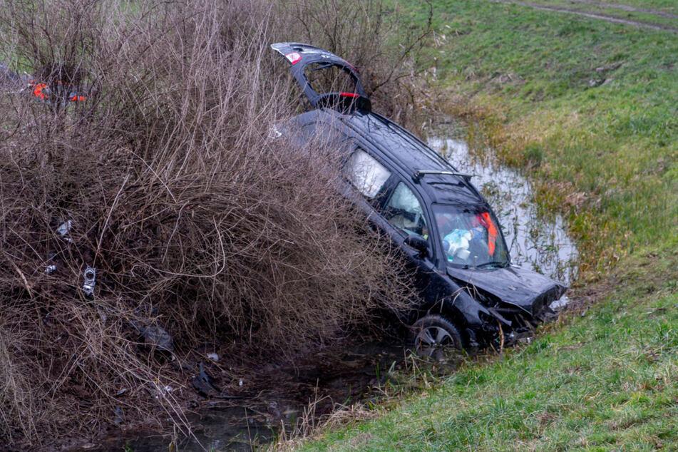 Der Hyundai kam von der Straße ab, krachte schließlich in diesen Wassergraben.