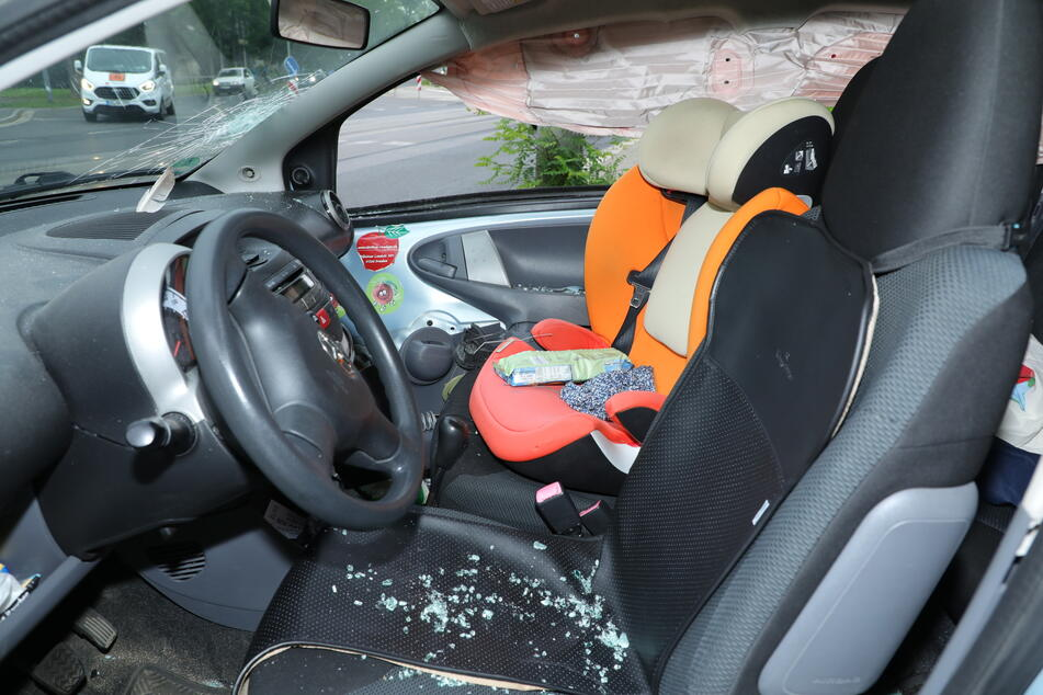 Der Innenraum des Toyota. Glücklicherweise war der Beifahrersitz wohl nicht besetzt.