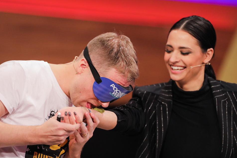 """Oliver Pocher (42) (l), leckte in der Live-Show """"Pocher vs. Wendler - Schluss mit lustig!""""seiner Frau Amira (27) den Arm"""
