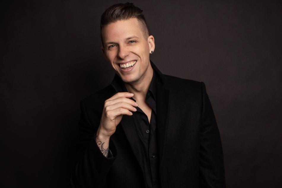 """Die dunkle Kapuze hat er abgelegt, seinem Künstler-Pseudonym """"The Dark Tenor"""" bleibt Billy Andrews dennoch treu. Über neue Konzert-Termine informiert der Ex-Kruzianer auf www.thedarktenor.com"""