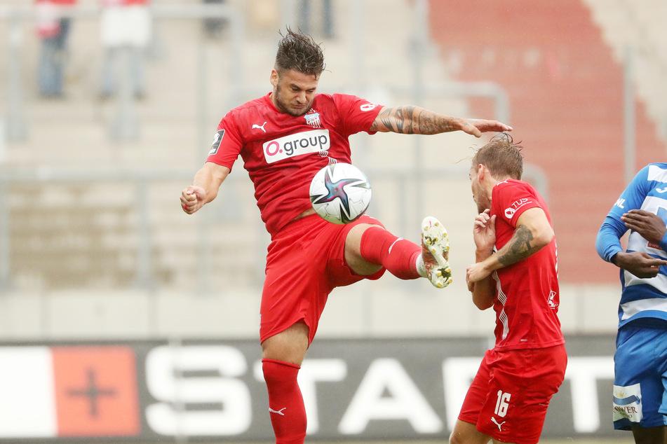 Dem Zwickauer Stürmer Dominic Baumann (26, l.) ist es egal, ob er auf dem Flügel oder in der Box agierte, er sieht sich als Teamplayer.
