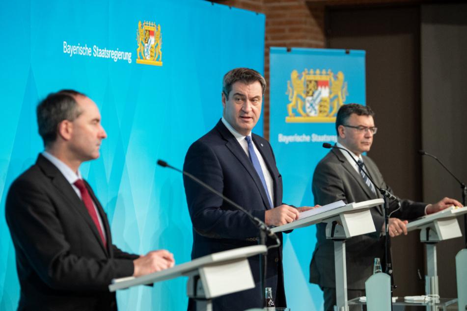 Markus Söder, Hubert Aiwanger, Wirtschaftsminister und Landesvorsitzender der Freien Wähler in Bayern (l), und Florian Herrmann (CSU), Leiter der bayerischen Staatskanzlei bei der Pressekonferenz.