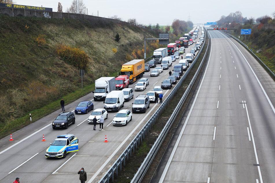 Der Verkehr bleibt mehrere Kilometer in beide Richtungen stecken.