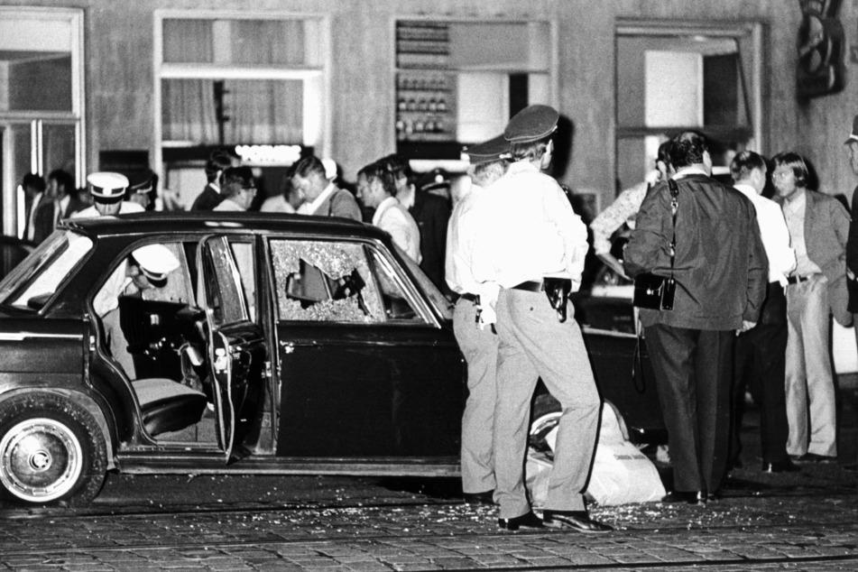 Das Fluchtauto, das damals vor der Bank für die Geiselnehmer bereitstand, war nach dem Zugriff der Beamten praktisch durchlöchert.