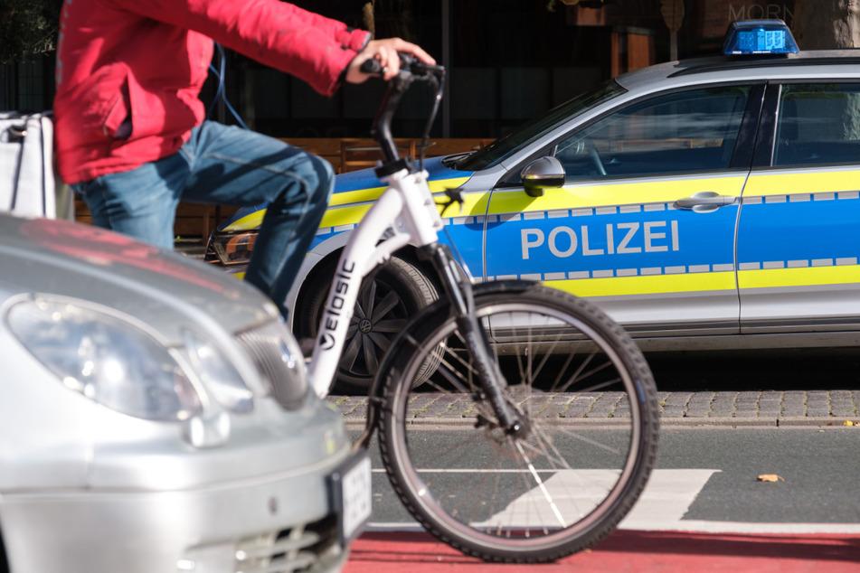 Radfahrer will Polizeiwagen ausweichen und wird schwer verletzt