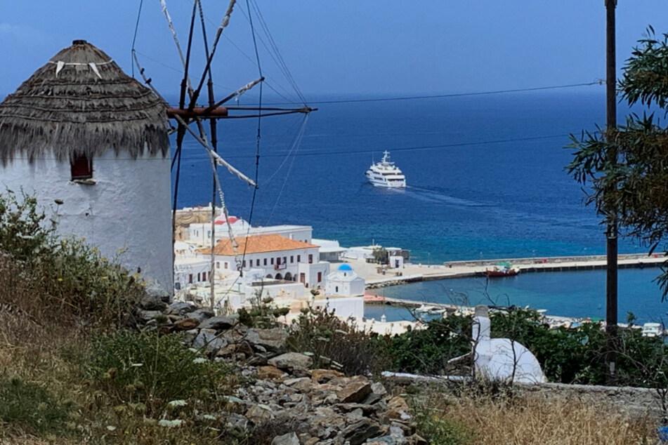 Griechenland, Mykonos: Eine Jacht fährt aus dem Hafen.