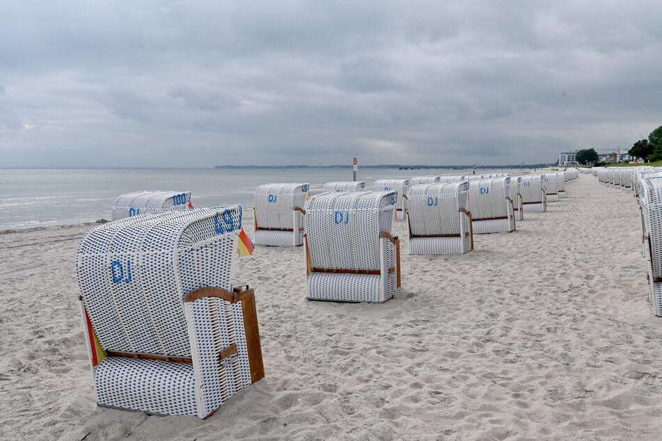 2. Juli, Scharbeutz: Strandkörbe stehen an einem nahezu menschenleeren Ostseestrand. Am Wochenenden wird wieder ein Ansturm von Touristen auf die Küsten Schleswig-Holsteins erwartet.
