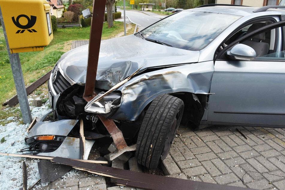 Auch am VW Passat ist der Unfall-Schaden groß.