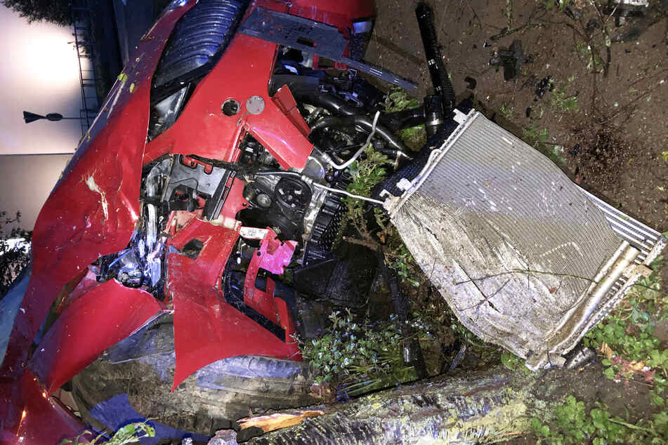 Der Wagen des 24-Jährigen touchierte die Leitplanke, rauschte über eine Bepflanzung und krachte gegen einen rund 300 Kilogramm schweren Stein.