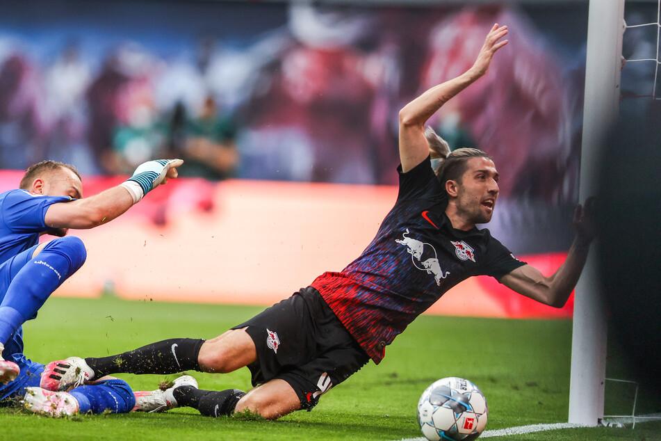 Florian Kastenmeier (l.) brachte Kevin Kampl (r.) zu Fall, Elfmeter für RB Leipzig gab's in der 8. Minute aber nicht.
