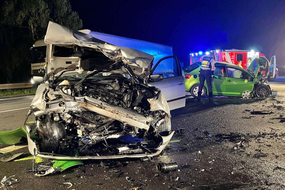 Die beiden Wagen wurden bei dem Frotalcrash am Donnerstagabend in Wißkirchen (Kreis Euskirchen) völlig demoliert.