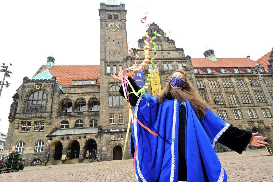 Katja Haupt (33) vom Faschingsclub an der Chemnitz rief am Rathaus die Narrenzeit aus.
