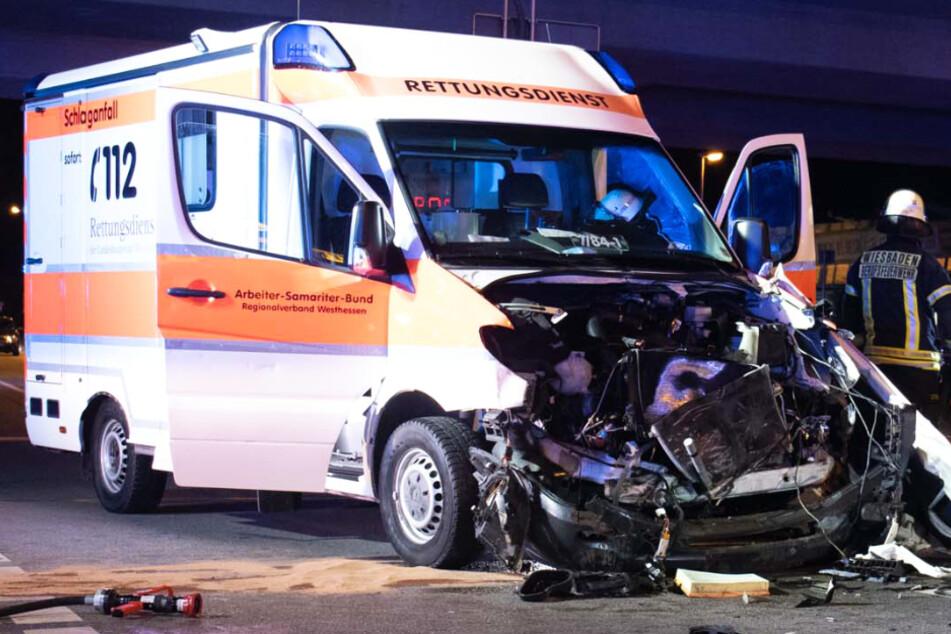 Die Front des Krankenwagens wurde regelrecht zertrümmert.