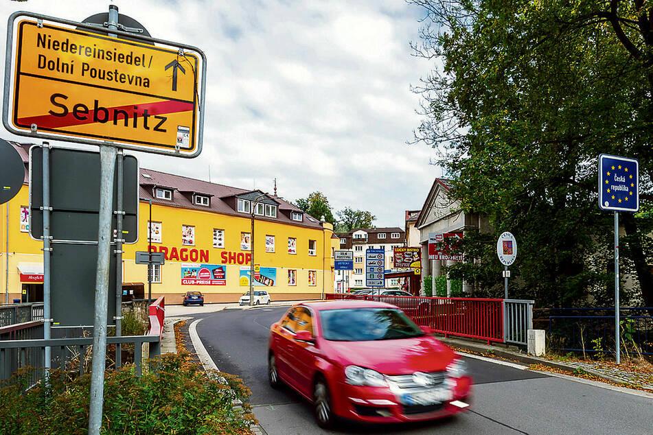 """Der """"Kleine Grenzverkehr"""" bleibt weiter bestehen. Wie hier in Sebnitz kann man auch fortan zum kurzen Einkauf nach Tschechien fahren, ohne in Quarantäne zu müssen."""