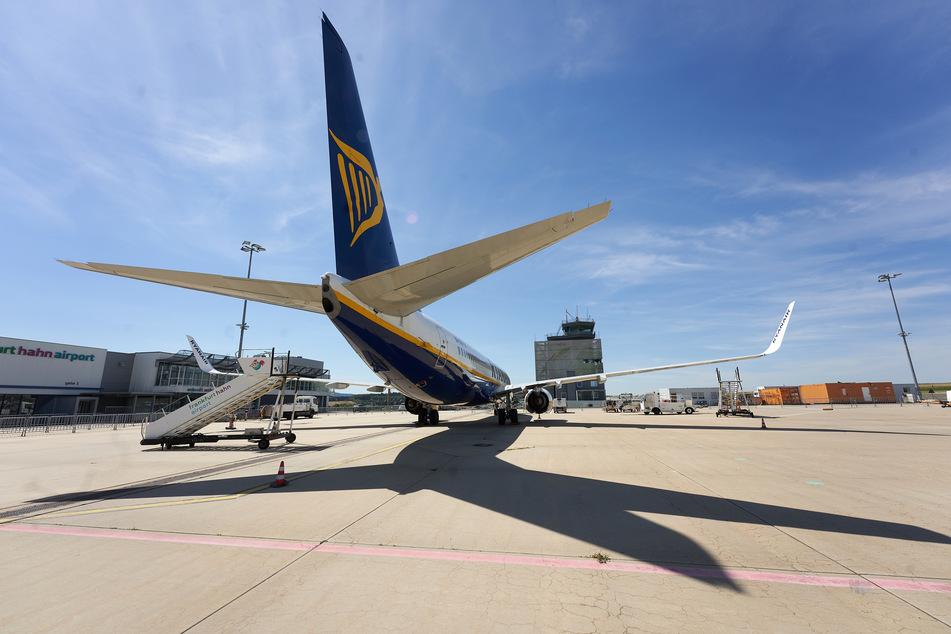 Eine Boeing 737-800 des irischen Billigfliegers Ryanair steht auf dem Vorfeld des Flughafens Hahn. (Archivbild)