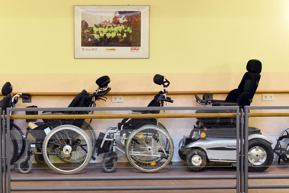 Rollstühle unterschiedlicher Bauart stehen in einem Wohnhaus für körper- und mehrfachbehinderte Erwachsene. (Symbolbild)
