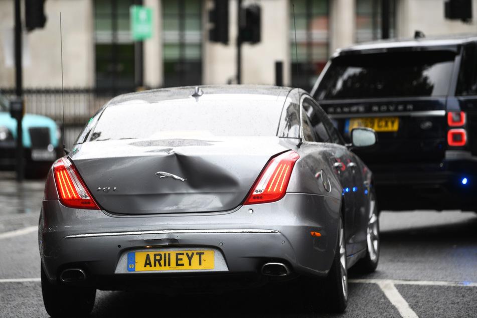 Das Auto des britischen Premierministers Johnson ist, nachdem ein Mann davor gelaufen ist, am Heck beschädigt.