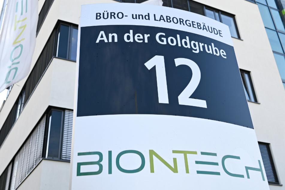 Das Logo des Biotechnologie-Unternehmens BioNTech ist na einer Stele vor der Unternehmenszentrale angebracht.